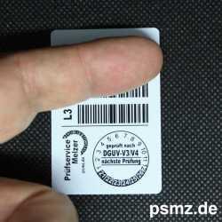 Bei der Messung werden immer zwei Barcodes mit der Hand abgedeckt, damit nichtz versehendlich der falsche Code erfasst wird.